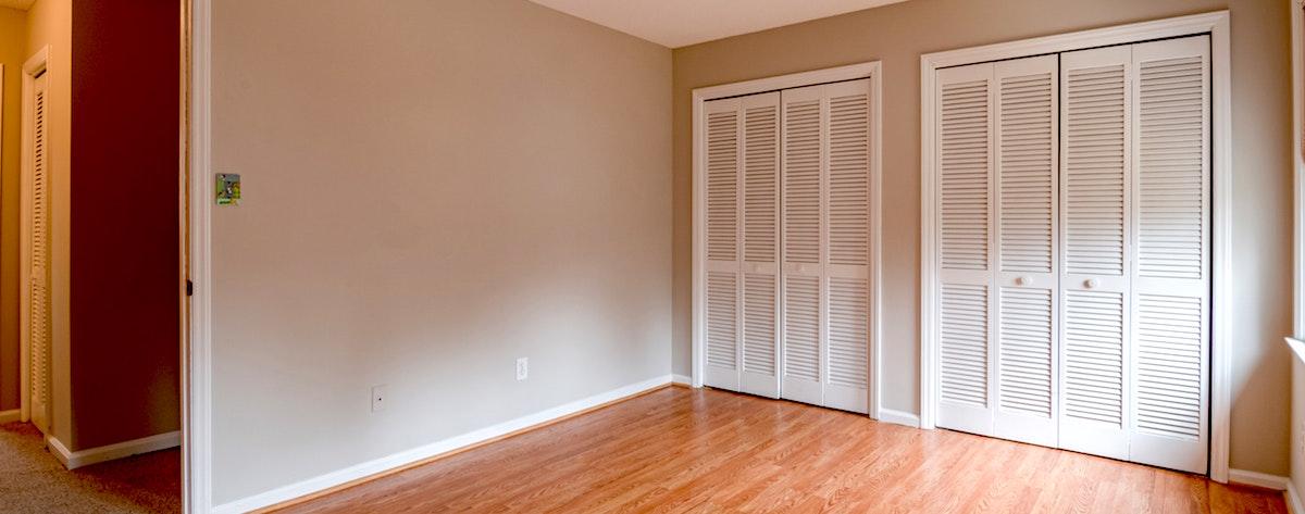 Armarios empotrados en un dormitorio con puertas de fuelle