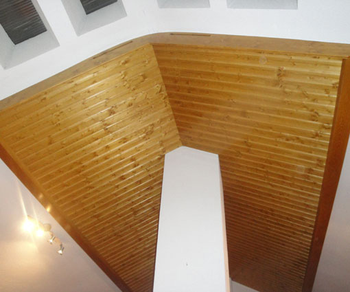 buhardilla con techo de madera