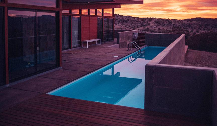 suelo de madera a medida para piscina