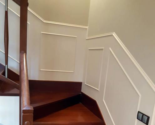 Friso de madera a medida en una escalera, proyecto de Alpis