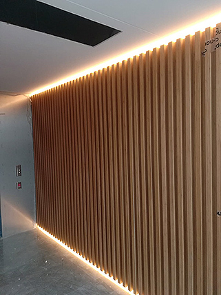 Panelado en madera con iluminación