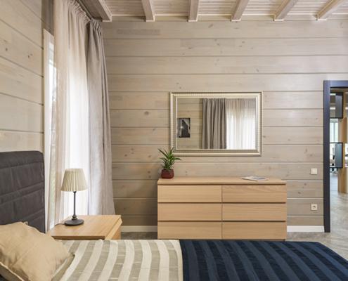 Revestimiento de madera en pared en forma horizontal.