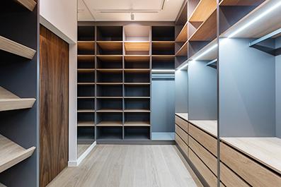 Interior de un armario a medida de alta calidad