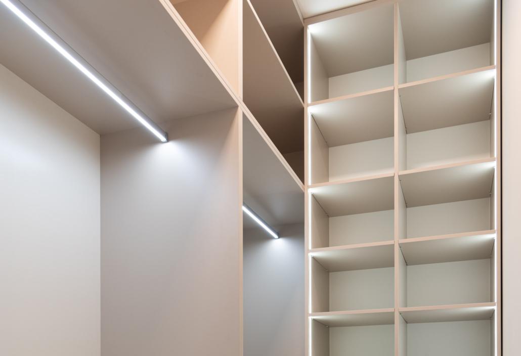 Iluminación interior de un armario a medida.